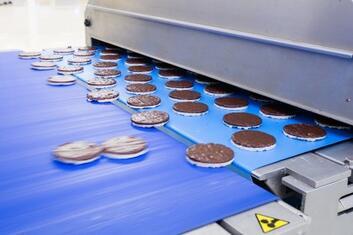 Herstellung von Schokoladen-Reisgebäck in einer Anlage der Lebensmittelindustrie