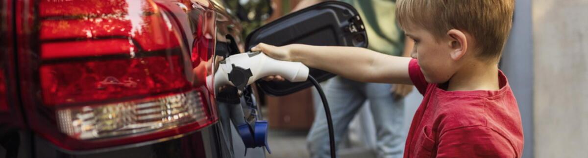Aufladen eines Elektrofahrzeuges über die Green'Up Ladestation der Marke Legrand